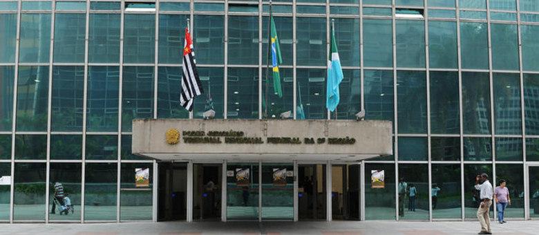 Juíza leva facada no pescoço dentro do Tribunal Regional Federal