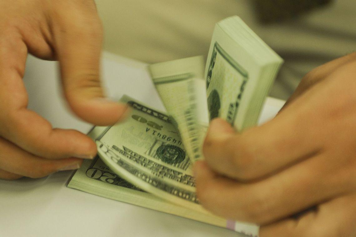 Dólar bate novo recorde e começa o dia custando R$ 4,38