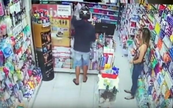 Gravatá: vídeo mostra jovem assaltando farmácia no centro