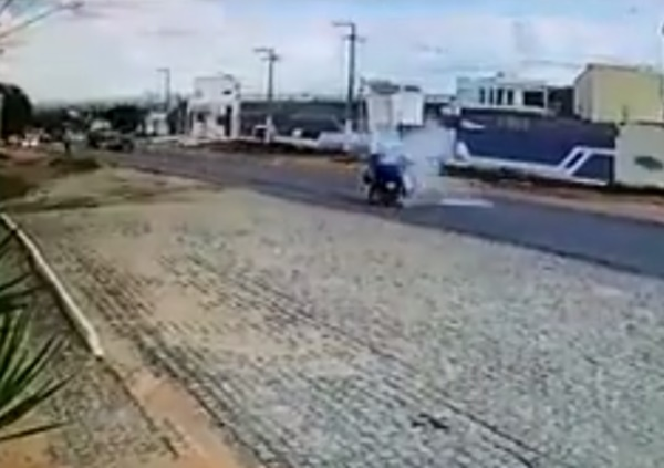 Acidente: Colisão entre duas motos é registrada por câmera de segurança
