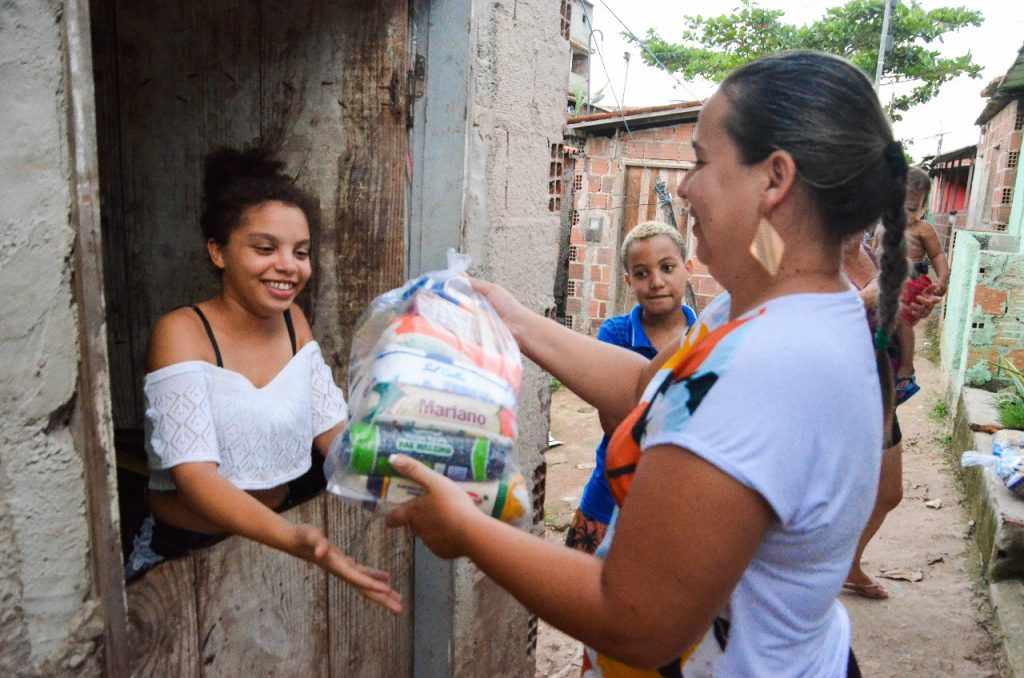 Daniela Roriz dá exemplo e doa cestas básicas em áreas carentes
