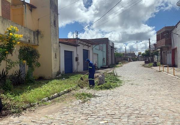 Gravatá: Após pedido na Rádio Clima FM, prefeitura limpa ruas no bairro das Graças