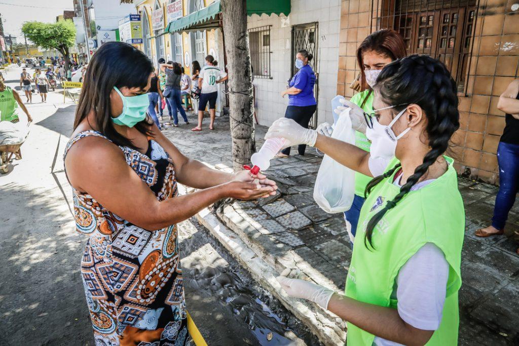 Prefeito de Gravatá atende população e entrega máscaras e álcool em gel