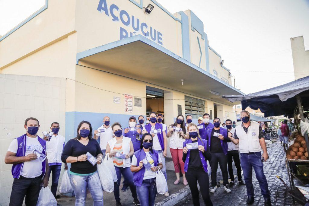 Prefeitura e Movimento de Dança Wanderson José entregam 700 máscaras na Feira Livre de Gravatá