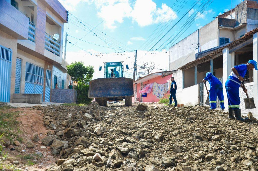 Prefeitura piçarra e realiza serviços de manutenção em ruas de Gravatá