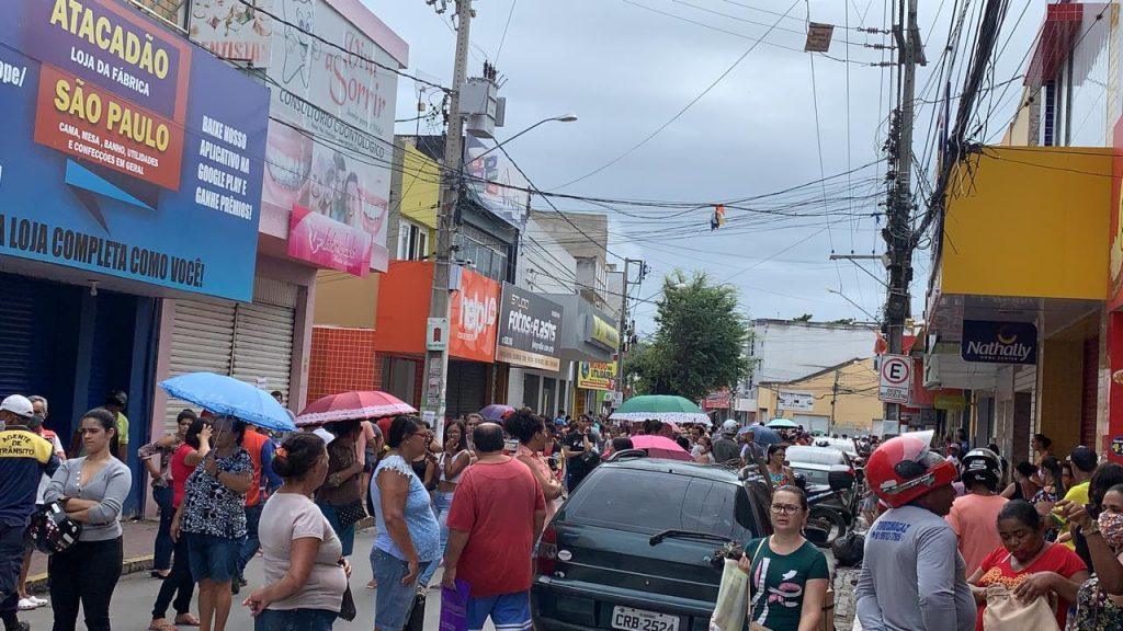 Vídeo: Em meio a pandemia, multidão invade rua de Bezerros em busca de dinheiro
