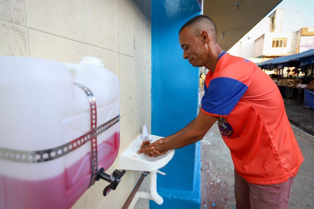 Prevenção ao coronavírus: Prefeitura implanta novas pias para higienização das mãos no centro da cidade