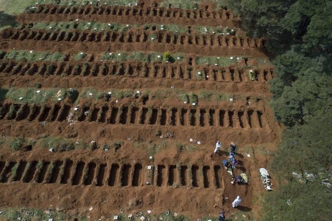 Covas abertas para enterrar vítimas do coronavírus em São Paulo vira destaque na imprensa internacional