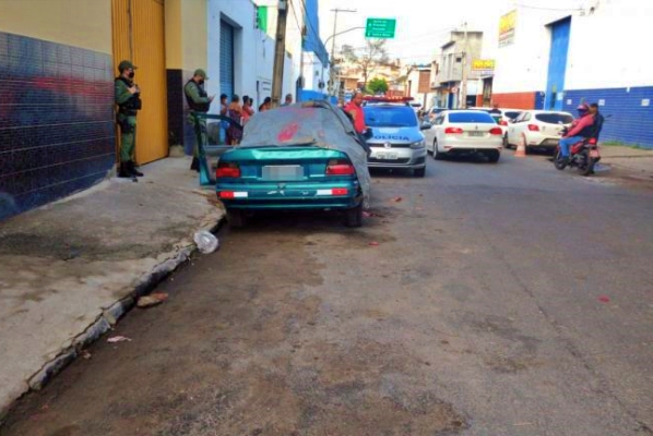 Homem executado a tiros dentro de carro em Caruaru