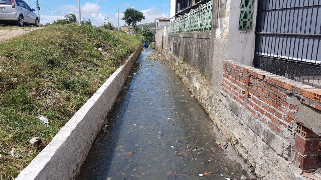 Gravatá: Prefeitura realiza manutenção do canal e reconstrói mureta de proteção próxima ao pontilhão