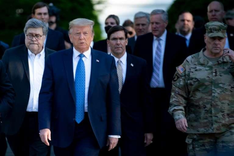 Chefe das Forças Armadas pede desculpas por foto com Trump