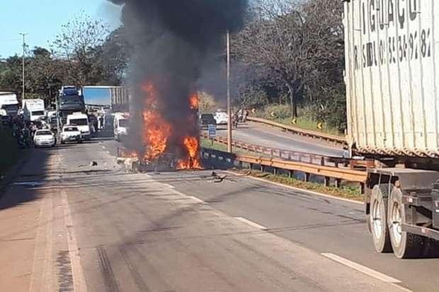 Duas pessoas morrem carbonizadas dentro de carro em acidente na BR-381