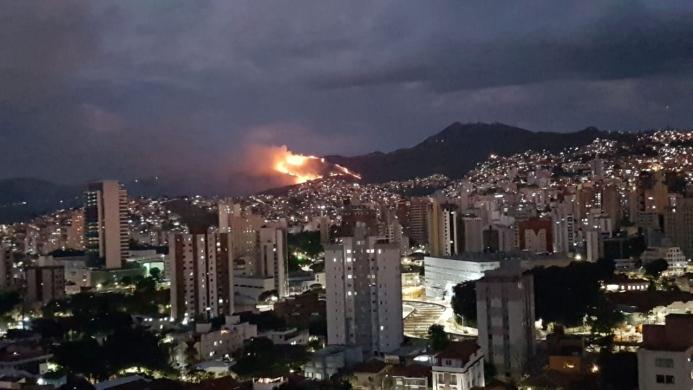 Serra do Curral: Incêndio de grandes proporções destrói um dos principais cartões postais de Belo Horizonte