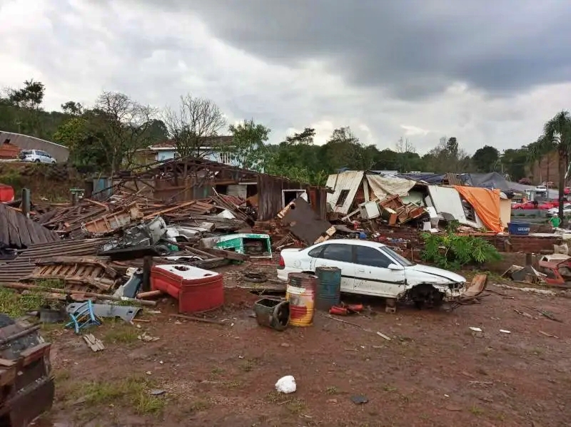 Possível tornado causa destruição e deixa desalojados em Santa Catarina