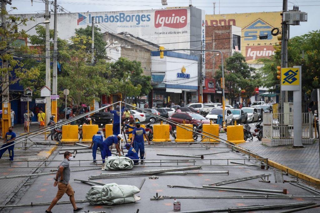 Prefeitura de Gravatá desmonta estrutura em frente da Caixa Econômica e libera trânsito no local