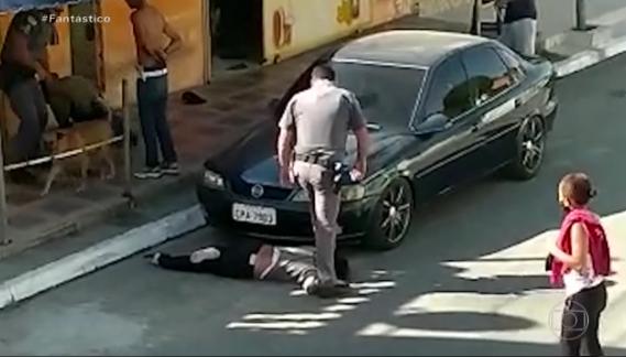 Repercute vídeo onde PM de São Paulo aperta com pé pescoço de mulher negra de 51 anos