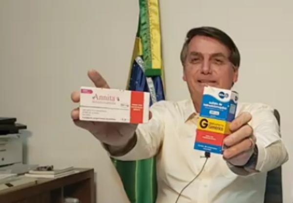 Mesmo com coronavírus: presidente Bolsonaro está feliz, sorridente em com disposição