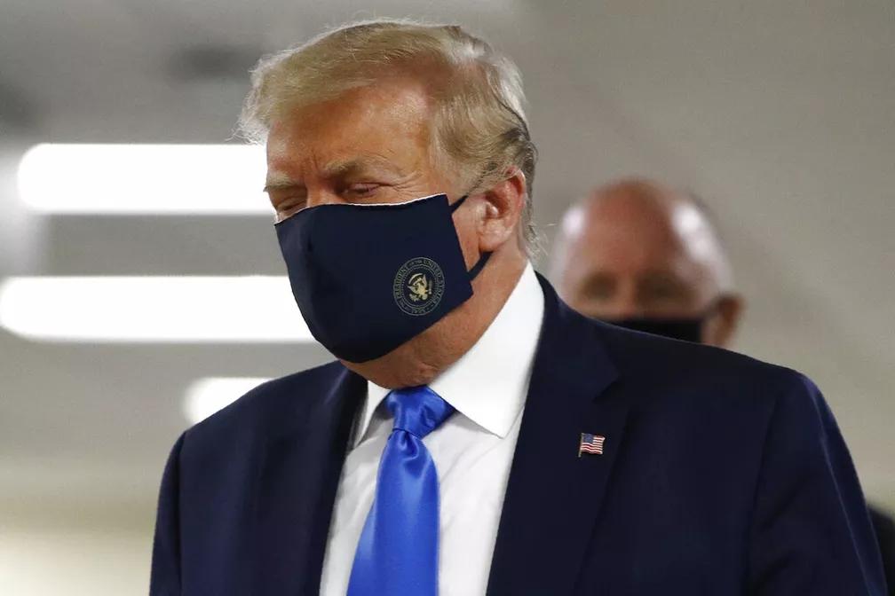 Presidente Trump surge de máscara após pressão popular