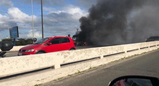 Ônibus pega fogo no centro do Recife