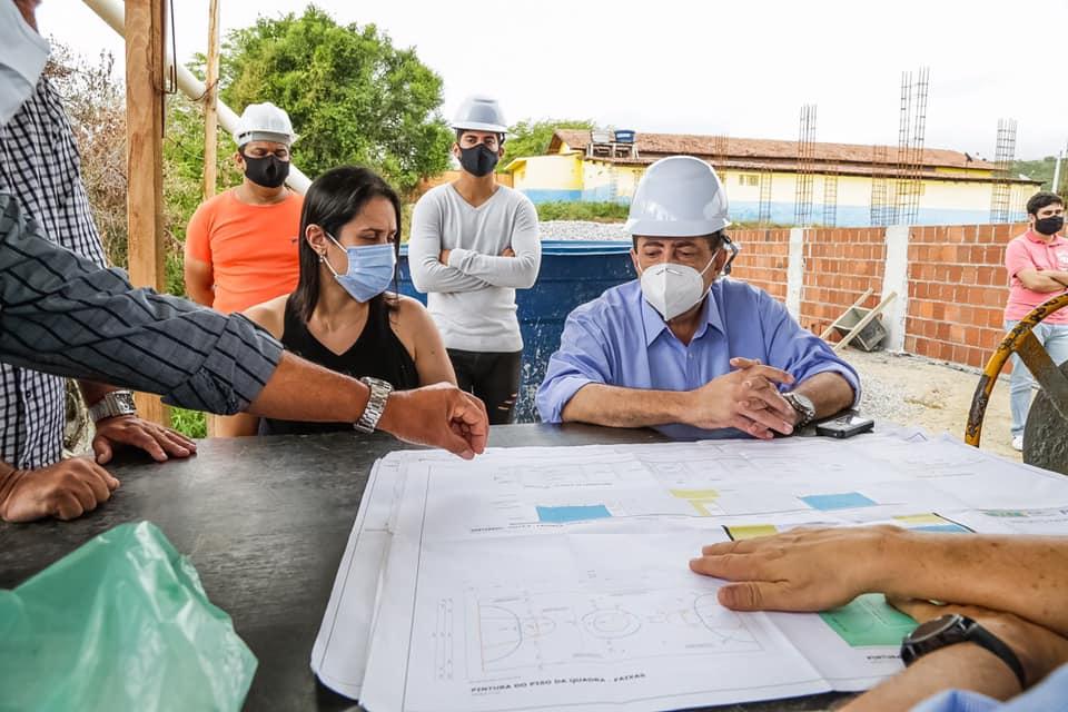 Joaquim Neto acompanha construção de escolas e quadras em Gravatá