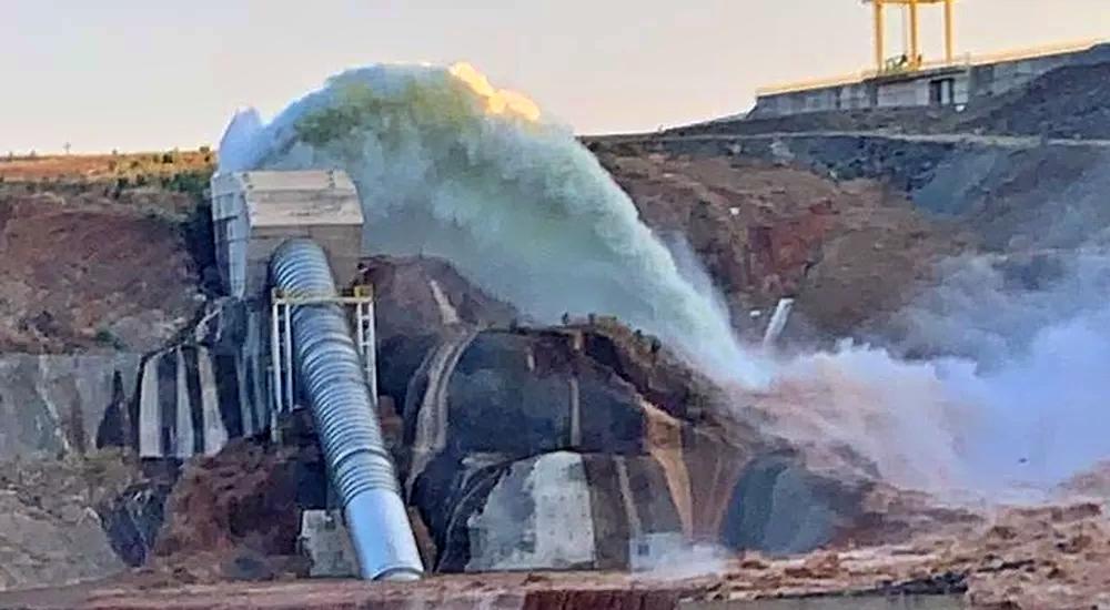 Rompimento de tabulação de barragem provoca evacuação de casas no interior do Ceará