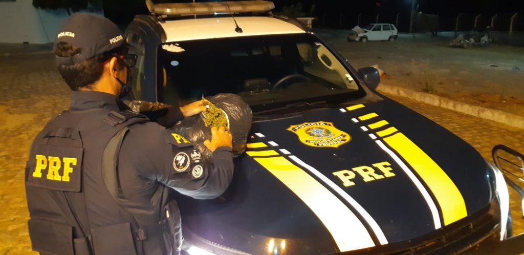 Motorista é detido com maconha após tentar atropelar policiais em Cabrobó