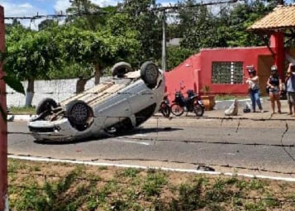 Carro capota em Vitória de Santo Antão