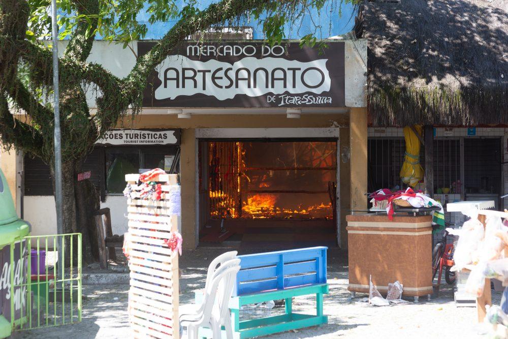 Fogo destrói lojas de artesanatos em Itapissuma